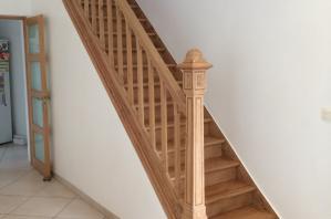 Restauration d'un escalier époque 1925 en Orme massif incrusté de filet de bois précieux